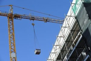 Gru e cantiere di costruzione edilizia